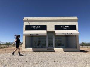 砂漠に佇むインスタスポット「Prada Marfa」